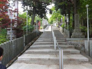 能勢妙見山本殿へと続く階段